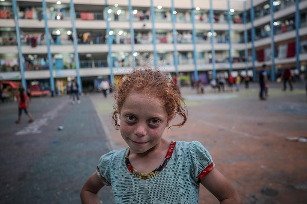 Menina palestiniana refugia-se, com a família, na escola das Nações Unidas (ONU), em Gaza. Foto: Mohammed Saber/EPA