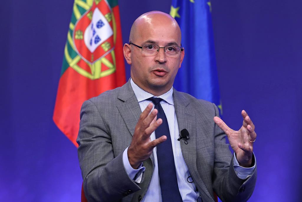 João Leão em entrevista conjunta com o presidente do Eurogrupo. Foto: António Pedro Santos/Lusa