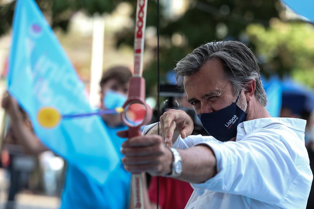 João Cotrim de Figueiredo dispara contra uma fotografia de Che Guevara durante o arraial promovido pela Iniciativa Liberal em Lisboa. Foto: Manuel de Almeida/Lusa