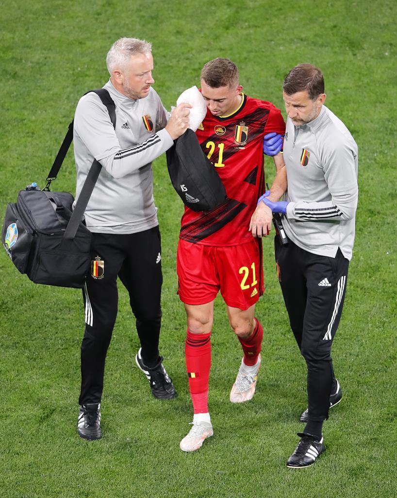 Timothy Castagne sai lesionado durante o Bélgica - Rússia. Foto: Anton Vaganov/EPA