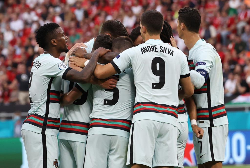 Portugal derrota Hungria, jogadores festejam golo. Foto: Bernadett Szabo/EPA