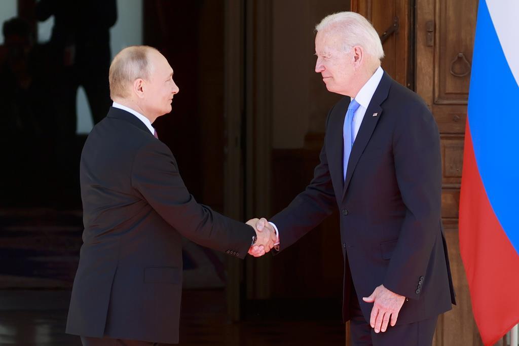 Putin à esquerda, Biden à direita, no início da cimeira na Suíça. Foto: Denis Balibouse/EPA