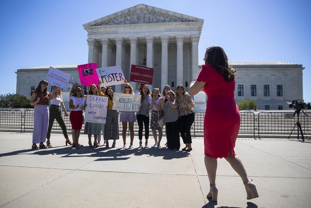 Mulheres manifestam-se a favor da liberdade religiosa diante do Supremo Tribunal dos Estados Unidos. Foto: Shawn Thew/EPA