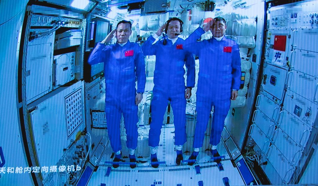 Tang Hongbo, Nie Haisheng e Liu Boming são os astronautas chineses. Foto: Xinhua/jin Liwang/EPA