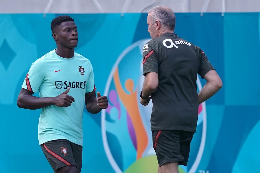 Nuno Mendes com o fisioterapeuta António Gaspar. Portugal no Euro 2020. Foto: Hugo Delgado/Lusa