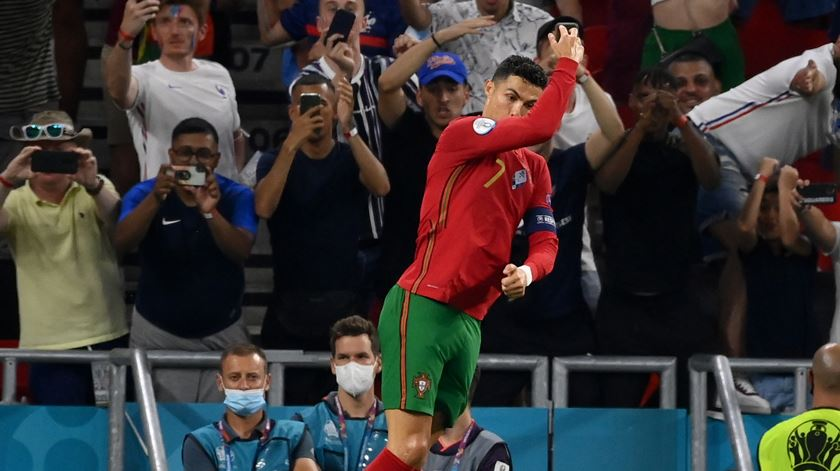 Assim celebrou Cristiano Ronaldo o primeiro golo. Foto: Franck Fife/Pool/EPA