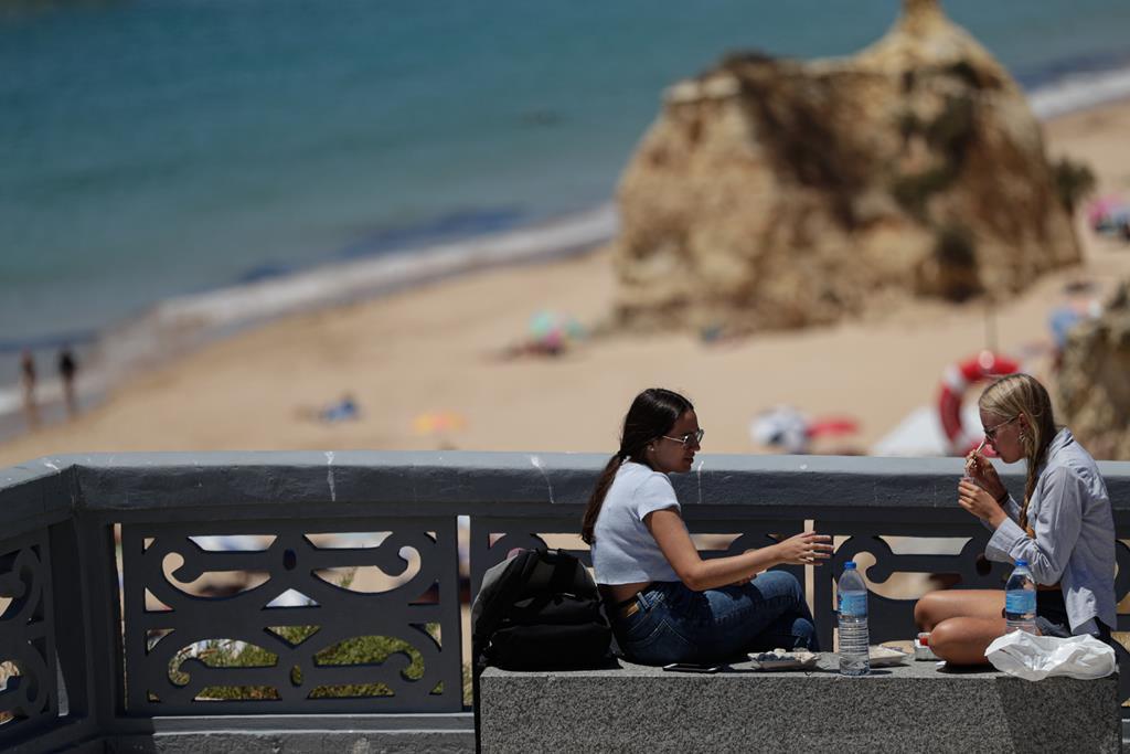 Turistas na praia da Rocha, no Algarve Foto: Luís Forra/Lusa