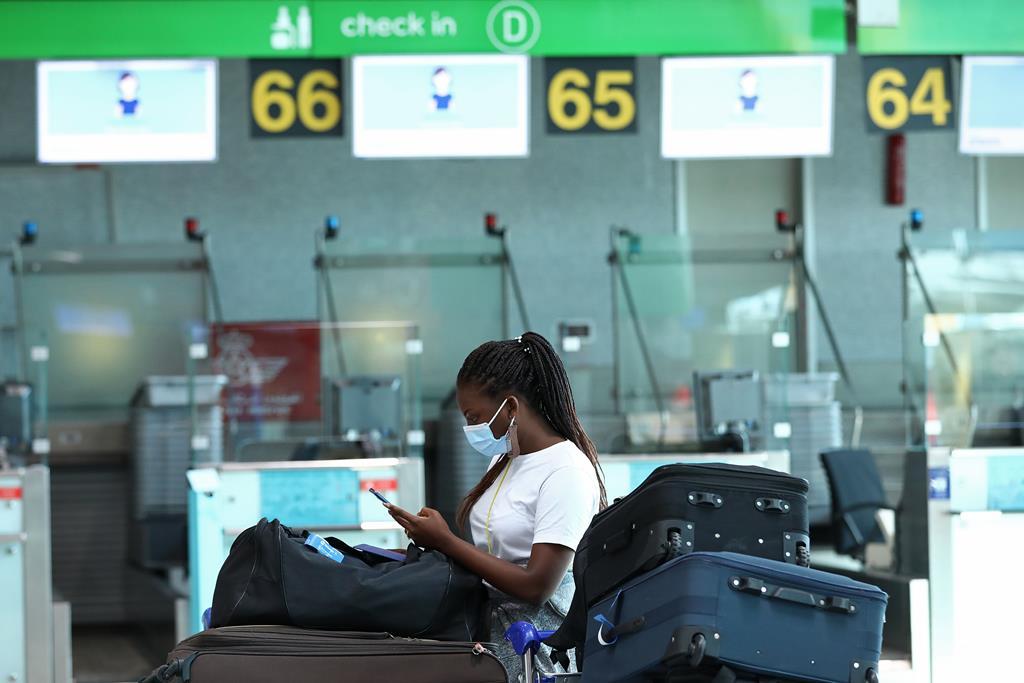 Certificado de vacinação continua a ser exigido para viagens de avião ou de barco. Foto: António Pedro Santos/Lusa