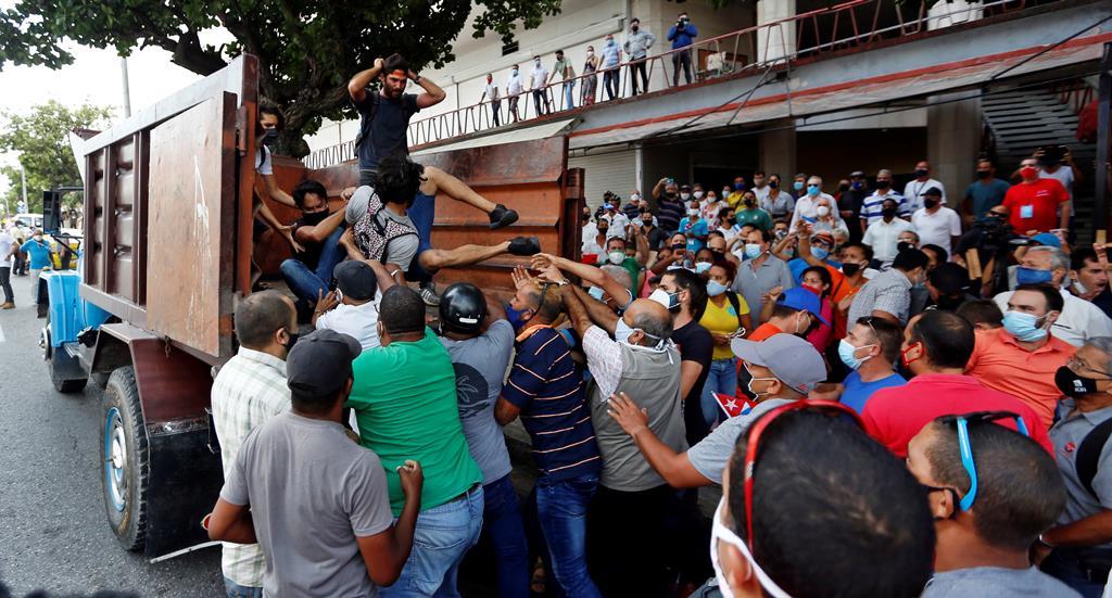 Manifestantes cubanos anti-governo forçados a entrar num camião Foto: Ernesto Mastrascusa/EPA