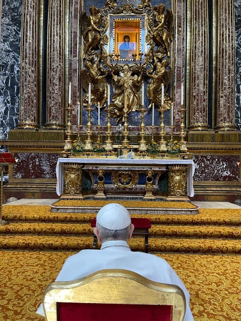 Papa Francisco reza na basílica de Santa Maria Maior depois de ter alta hospitalar. Foto: Vatican Media/EPA