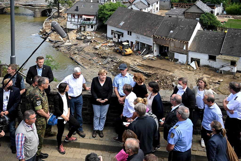 Chanceler Angela Merkel visita zonas afetadas pelas cheias. Foto: Sascha Steinbach/EPA