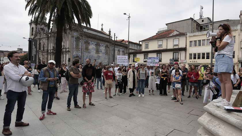 Manifestantes protestam contra as restrições sanitárias e o certificado digital, no Porto. Foto: Manuel Fernando Araújo/ Lusa