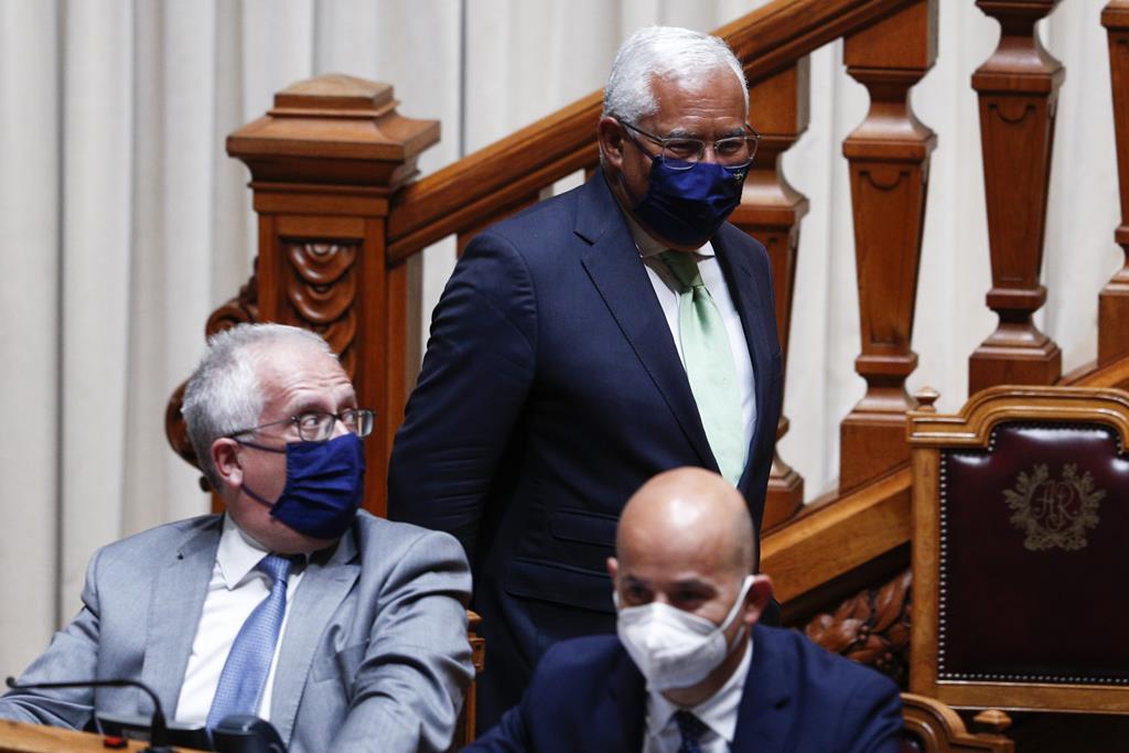 António Costa de passagem por Eduardo Cabrita na tribuna do Governo durante o debate do estado da Nação. Foto: António Cotrim/Lusa