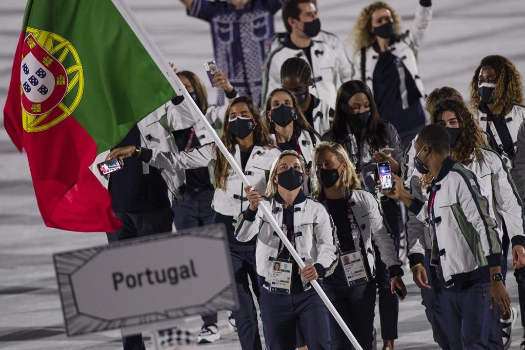 Telma Monteiro e Nelson Évora carregam a bandeira portuguesa. Foto: José Coelho/Lusa
