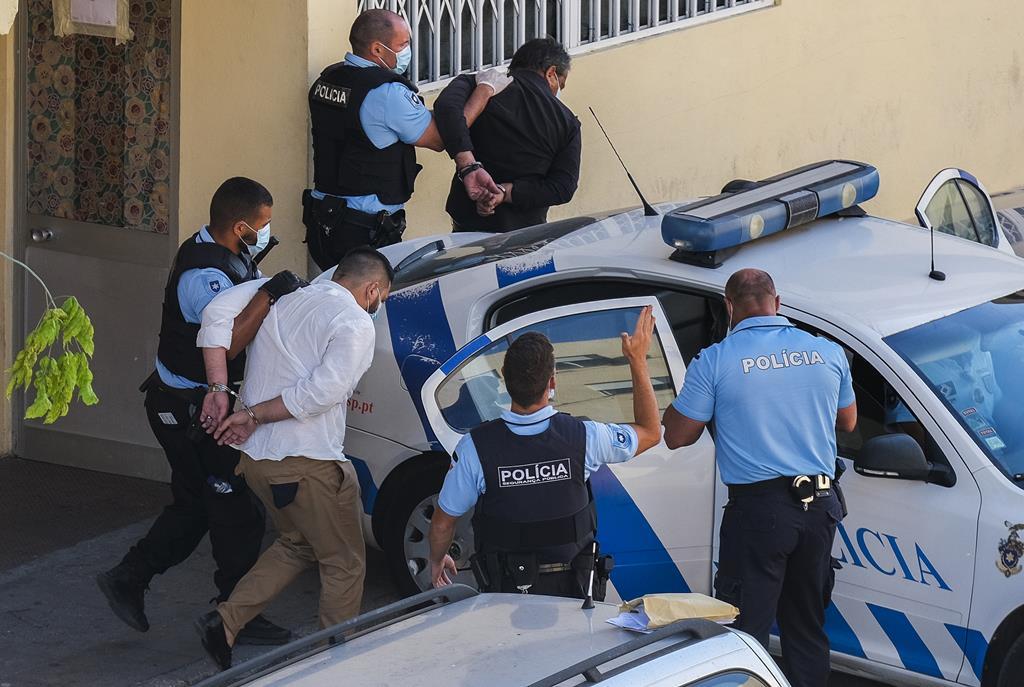 Polícia a apreender os responsáveis do tiroteio. Foto: Rui Minderico/Lusa