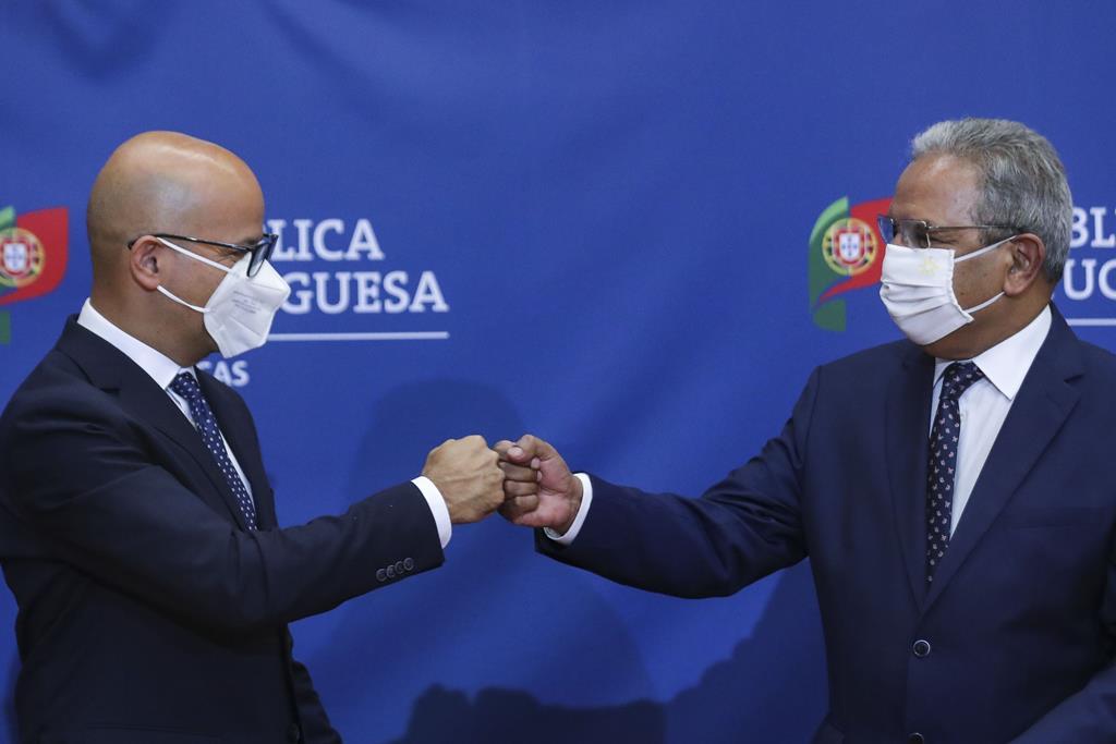 Ministros Nelson de Souza e João Leão na assinatura dos Acordos de Financiamento e de Empréstimo. Foto: Miguel A. Lopes/Lusa