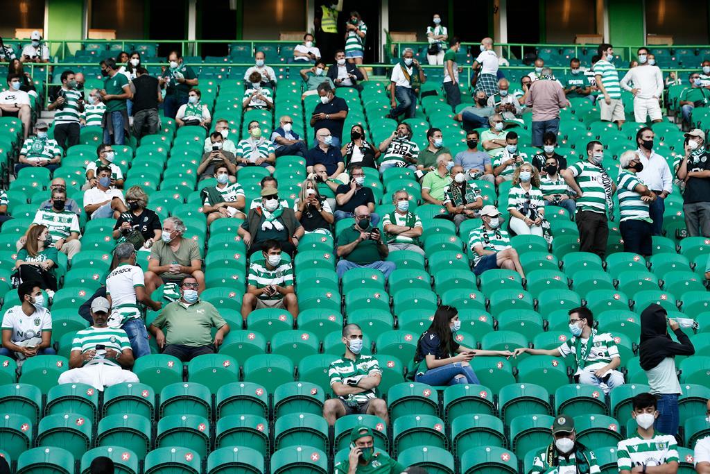 Estádios estão limitados a 50% da lotação Foto: António Cotrim/EPA