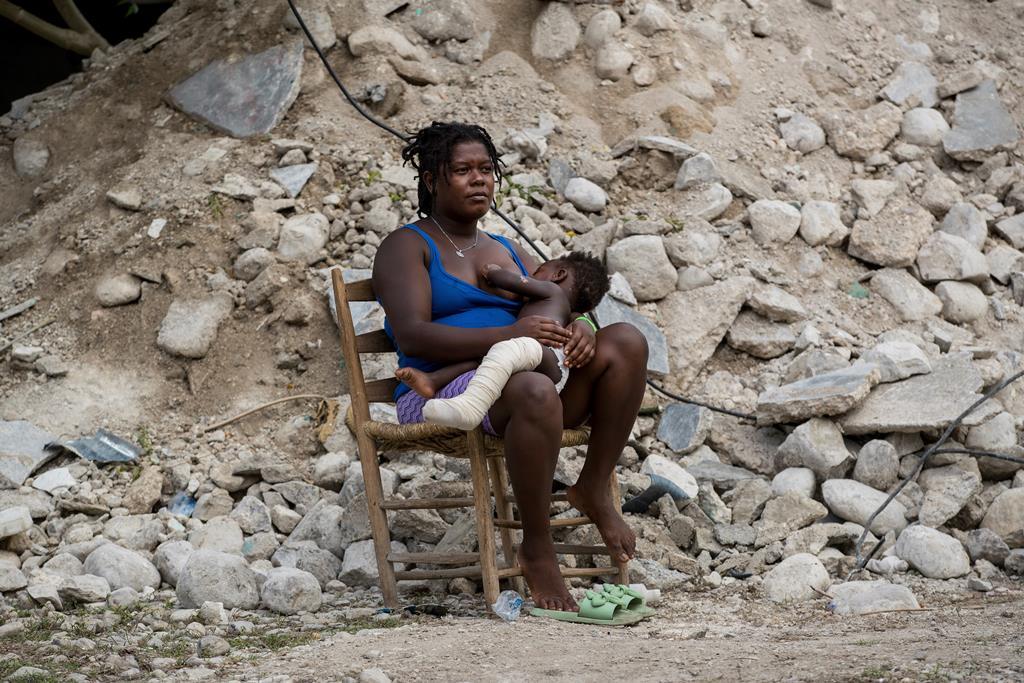 Sismo provocou mais de 2.200 mortos, 12.200 feridos e destruiu cerca de 130 mil habitações. Foto: Orlando Barria/EPA