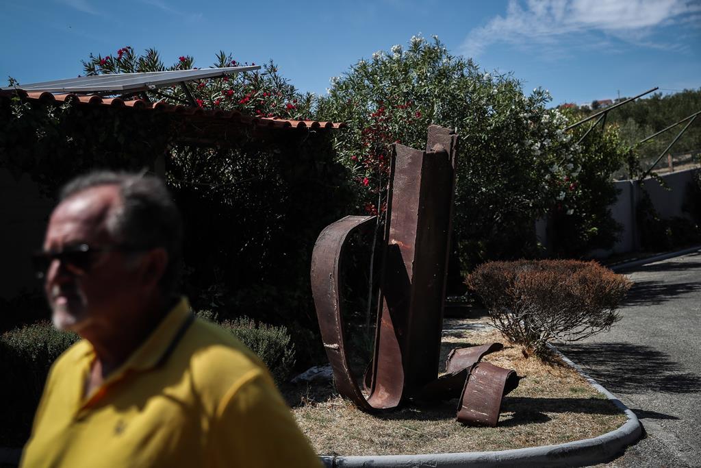 """Ernesto Cabeça é o proprietário da viga vinda da """"zona zero"""". Foto: Mário Cruz/Lusa"""