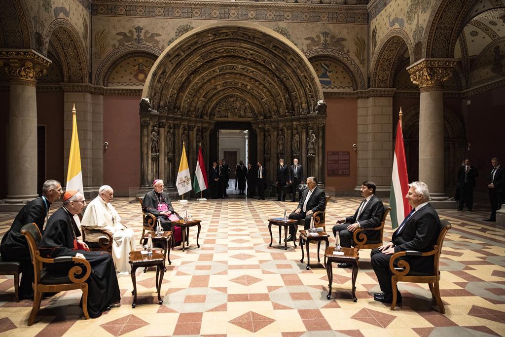 Encontro no Museu de Belas Artes de Budapeste entre o Papa Francisco, o Presidente Janos Ader, o primeiro-ministro Viktor Orban e vice-primeiro-ministro Zsolt Semjen. Foto: Press Office/Zoltan/EPA