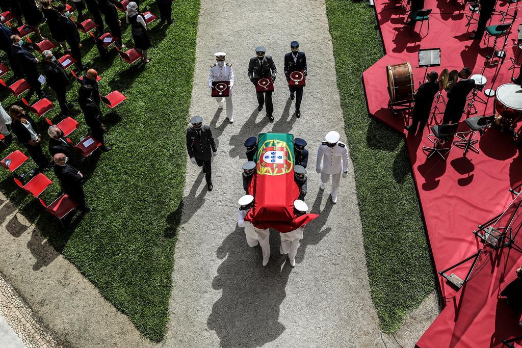 A saída do cortejo fúnebre de Jorge Sampaio foi aplaudida por centenas de pessoas que aguardaram em silêncio durante duas horas em frente ao Mosteiro dos Jerónimos. Foto: Miguel A. Lopes/EPA