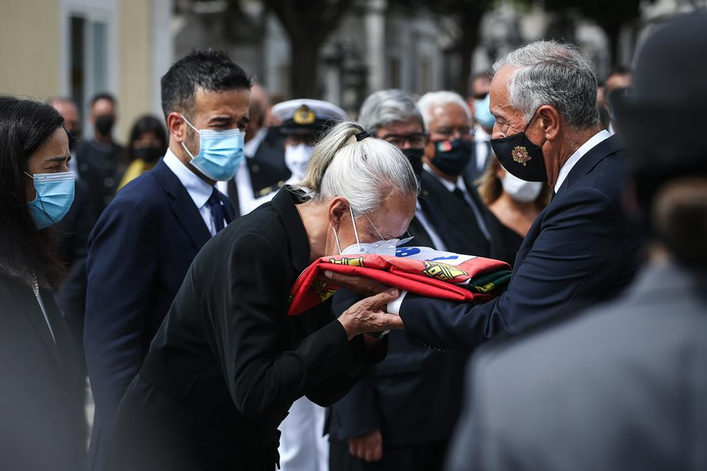 Após alguns momentos de silêncio dentro do cemitério, as entidades oficiais despediram-se para o momento final dedicado ao núcleo restrito mais próximo. Foto: Rodrigo Antunes/EPA