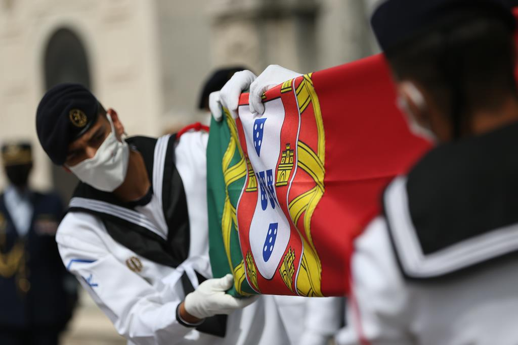 Bandeira portuguesa que cobriu a urna de Jorge Sampaio foi entregue pelo Presidente da República, Marcelo Rebelo de Sousa, à família. Foto: Rodrigo Antunes/Lusa