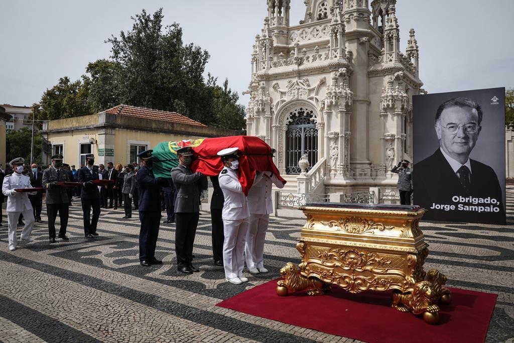 """Populares entoaram """"viva"""" e """"Sampaio"""", no percurso até ao Cemitério do Alto de São João. Foto: Rodrigo Antunes/EPA"""