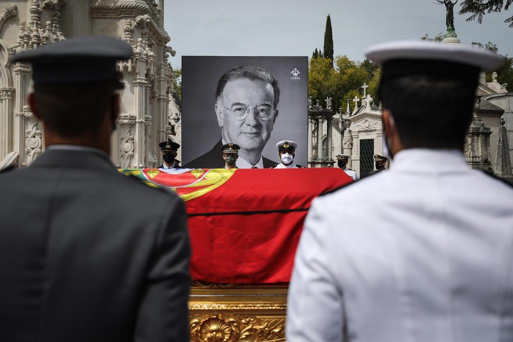 O cortejo fúnebre chegou às 12:38 ao cemitério, onde estava formada uma guarda de honra constituída por 165 militares dos três Ramos das Forças Armadas, comandada pele capitão-de-fragata Silva Caldeira. Foto: Rodrigo Antunes/EPA