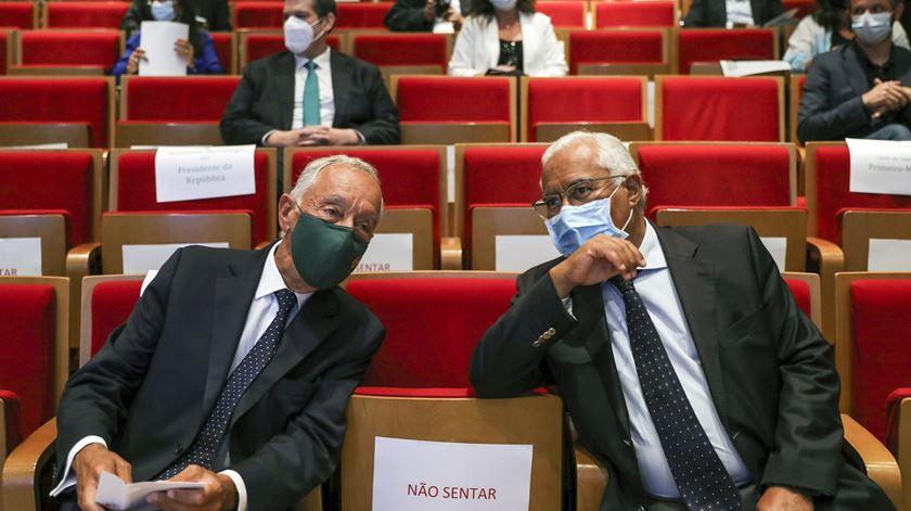 Marcelo Rebelo de Sousa e António Costa, na sessão do Infarmed, sentados com um cadeira de distância entre os dois. Foto: Miguel A. Lopes/ Lusa