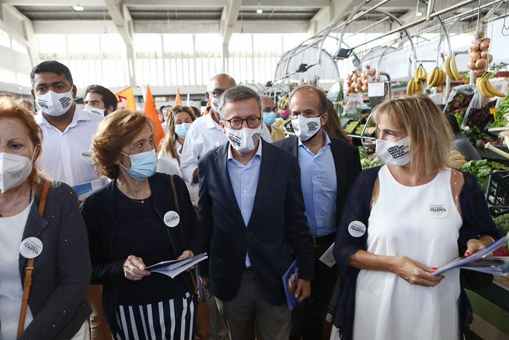 Carlos Moedas em ação de campanha em Alvalade. Foto: António Pedro Santos/Lusa