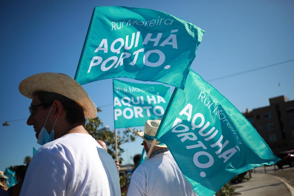 """Bandeiras do movimento """"Aqui há Porto"""", de Rui Moreira. Foto: Estela Silva/Lusa"""