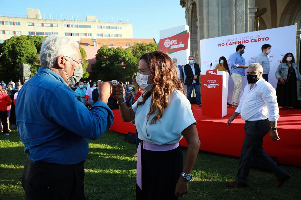 António Costa cumprimenta Luísa Salgueiro em ação de campanha em Matosinhos. Foto: Estela Silva/Lusa