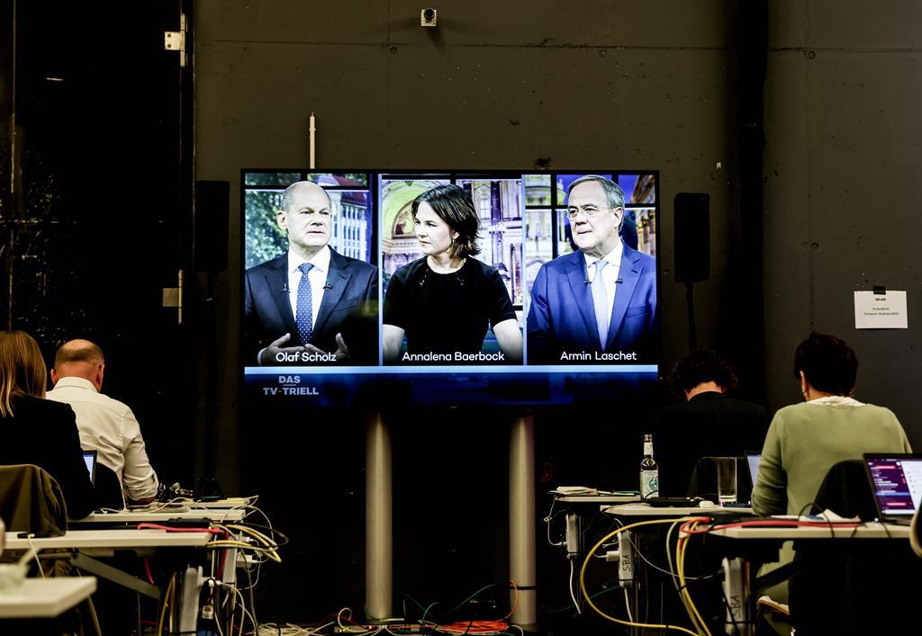 Olaf Scholz, Annalena Baerbock e Armin Laschet durante um debate na televisão. Foto: Filip Singer/EPA