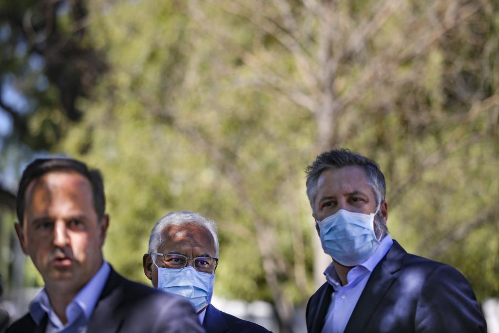 Fernando Medina, António Costa e Pedro Nuno Santos juntos em ação de campanha. Foto: André Kosters/Lusa