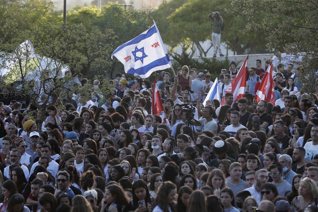 Israelitas participam num protesto perto do gabinete do primeiro-ministro em Jerusalém, em apoio ao exército israelita que luta contra Gaza. Foto: Atef Safadi/EPA