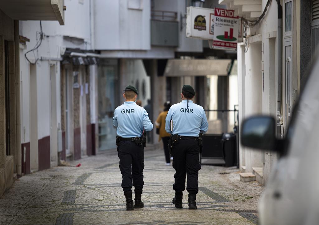Dois agentes da GNR vigiam o centro de Rio Maior. Foto: Sofia Freitas Moreira/RR