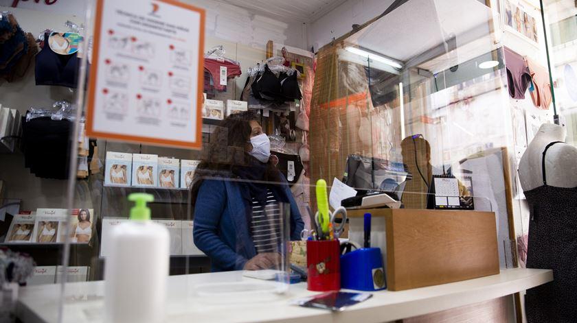 Lojas passaram a utilizar separadores acrílicos entre clientes e funcionários. Foto: Sofia Freitas Moreira/RR