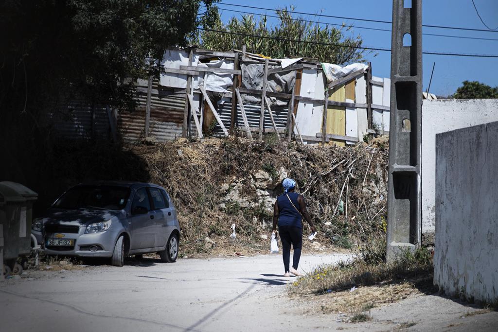 Desde o início da pandemia que ali, mais de 20 famílias tentaram construir uma barraca.