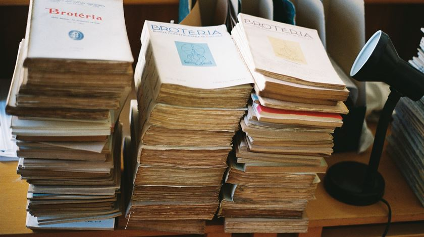 Edições antigas da revista Brotéria, dos jesuítas. Foto: Madalena Meneses/Brotéria