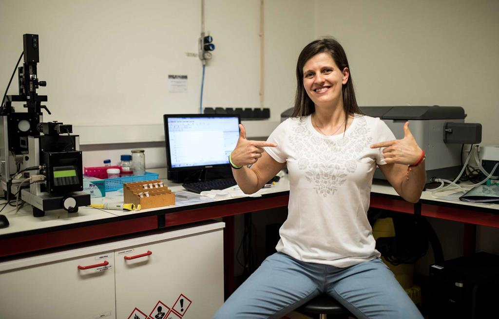 A cientista Filipa Fernandes com a t-shirt inovadora. Foto: Nuno Gonçalves