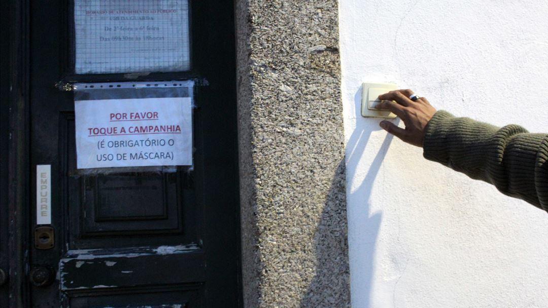 Utente bate à porta do CRI da Guarda para mais uma consulta. Foto: Liliana Carona/RR