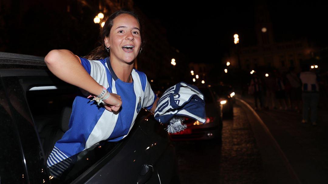 Uma adepta do FC Porto festeja o título na Avenida dos Aliados. Foto: Estela Silva/Lusa