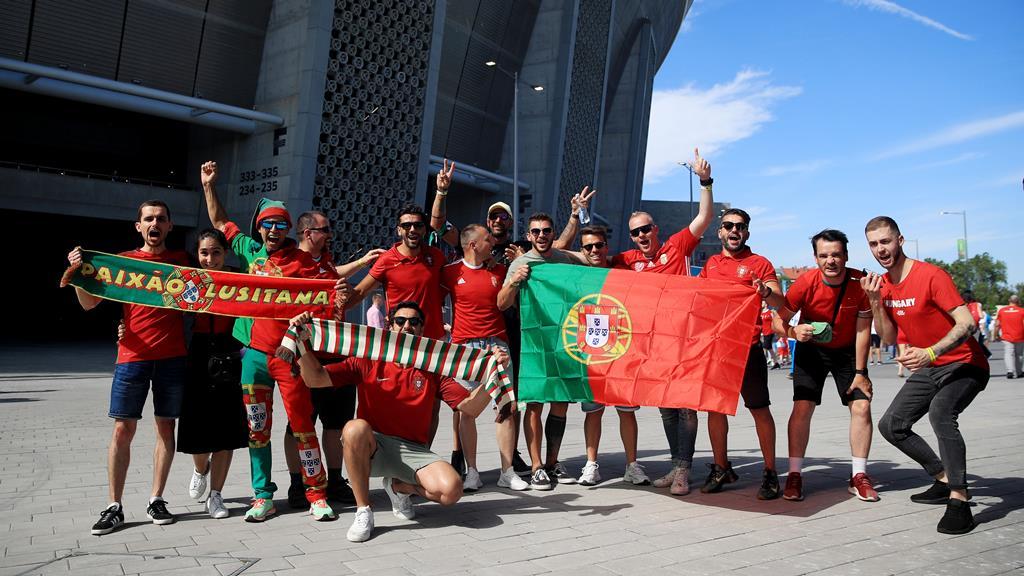 Adeptos portugueses gostam de encontrar polícia portuguesa no Euro. Foto: Alex Pantling/Reuters