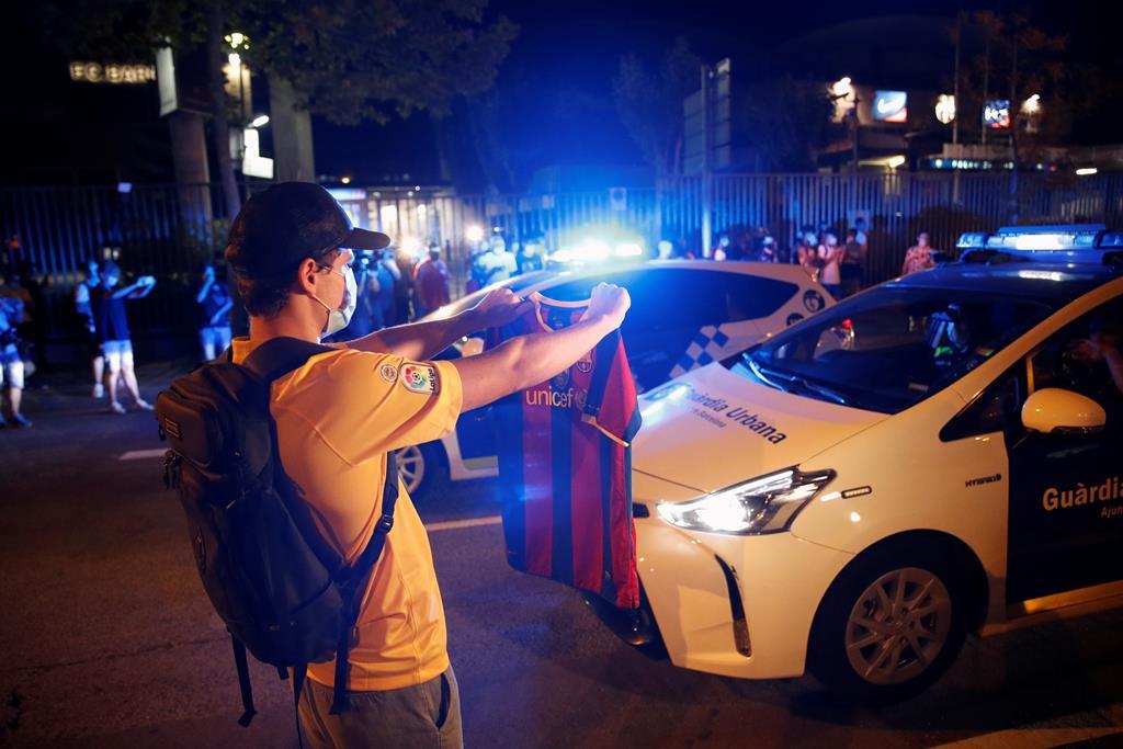 Adeptos do Barcelona contestam a direção, perante a notícia da saída de Lionel Messi, em 2020. Foto: Alejandro Garcia/EPA