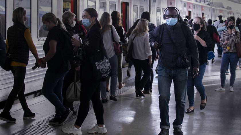 Especialista admite pico superior a cinco mil casos diários de Covid-19 em Portugal. Foto: Sofia Freitas Moreira/RR