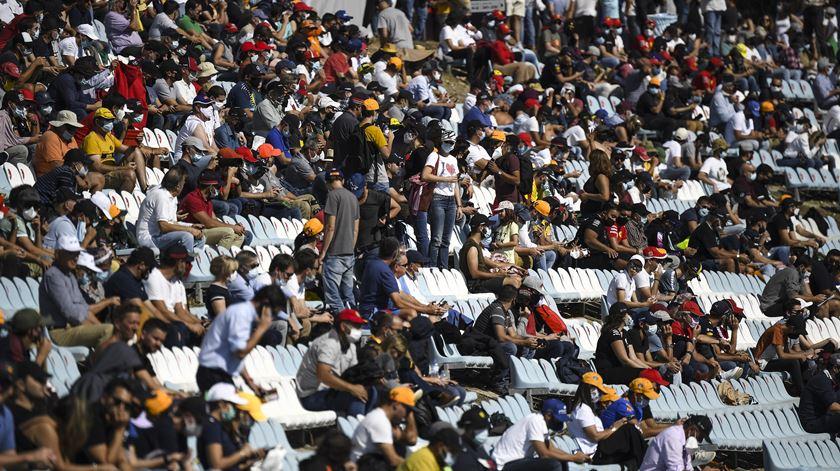 Público do Autódromo Internacional do Algarve, em Portimão, aguarda início da partida. Foto: Jorge Guerrero/EPA