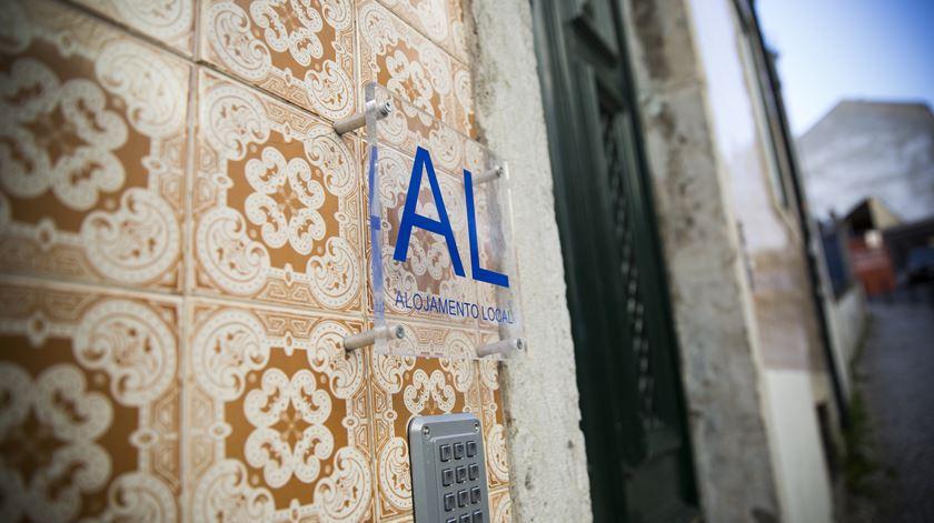 Placas como esta têm-se multiplicado em Lisboa. Foto: Inês Rocha/RR