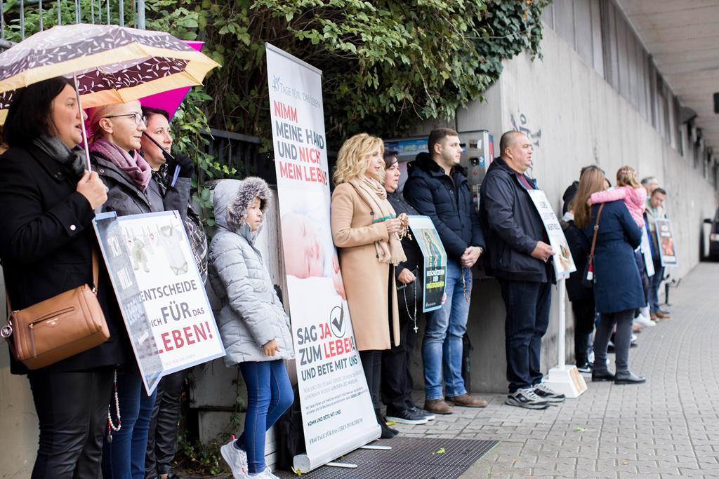 """Membros do grupo """"40 dias pela vida"""" impedidos de rezar perto de centro de aconselhamento de aborto na Alemanha. Foto: ADF"""