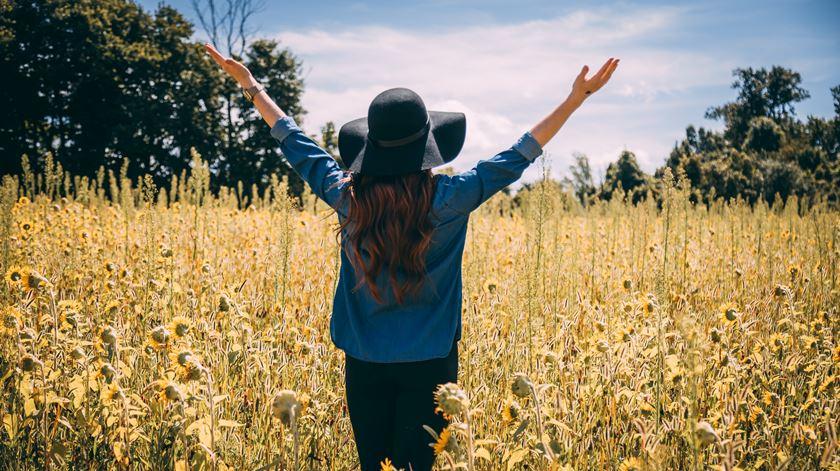 Sair, caminhar e apreciar o momento. Foto: Alora Griffiths/Unsplash